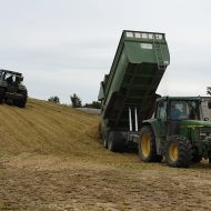 Mais Transport John Deere mit Brantner Muldenkipper und Maisschiebeschild